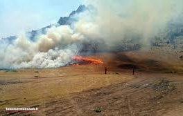 آتش سوزی در مراتع تنگ کنشت کرمانشاه همچنان ادامه دارد
