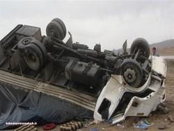 کامیونت ایسوزو در محور گیلانغرب_گواور-گردنه قلاجه بر اثر سرعت زیاد از کنترل خارج و واژگون شد