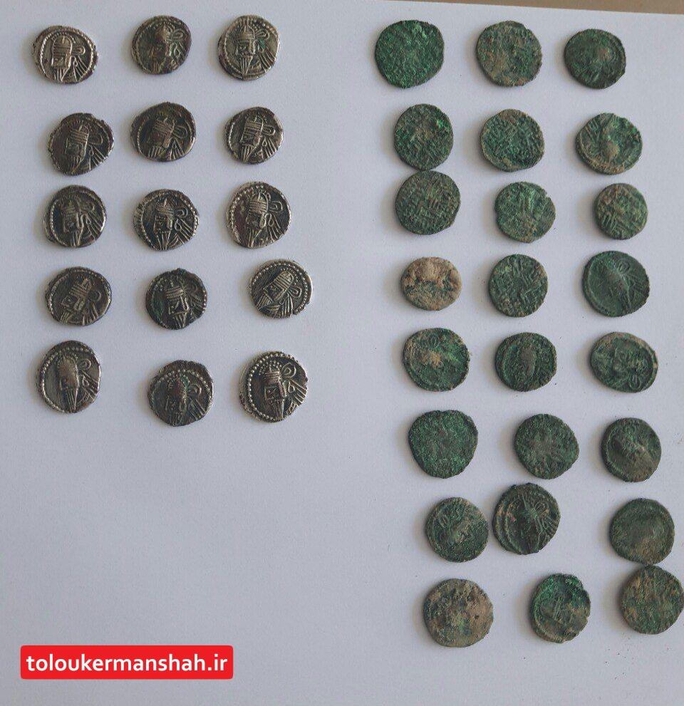 کشف سکه های قدیمی طلا در پی کنی ساختمان زلزله زده در سرپل ذهاب