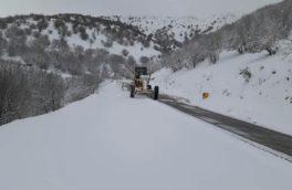بارش برف راه ارتباطی ۲۵ روستای جوانرود را مسدود کرد