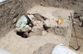 جزییات یک کشف مهم باستان شناسی در کرمانشاه/ سنگ یادمان شاه آشور در قباق تپه کشف شد