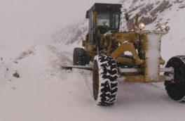 بارش برف راه ارتباطی ۴۵ راه روستای پاوه را مسدود کرد